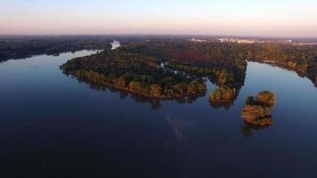 bela foto aérea movendo-se em direção à colorida ilha de outono cercada por águas cristalinas