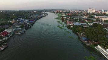 Río Chaopraya en las afueras de Koh Kred Pathumthani, Bangkok, Tailandia, capital