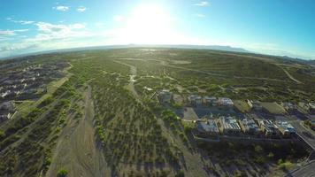 vista aérea do bairro no deserto com reflexo do sol