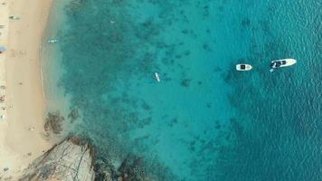 Luftaufnahme des Meeresstrandes und Reisende Aktivitäten am Strand