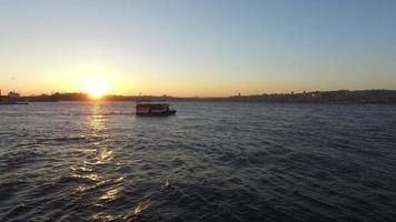 Bósforo de Estambul con puesta de sol