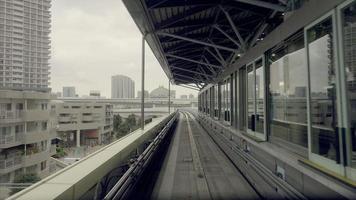 treno in arrivo fermandosi lentamente alla stazione