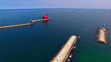 landschaftlich reizvolle Überführung des roten Leuchtturms am See