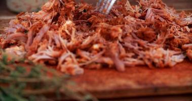 zog Schweinefleisch auf einem Vintage Holzbrett, das köstlich zart aussieht video
