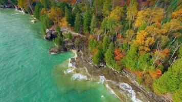 ondas esmeraldas quebram nas costas rochosas de outono video