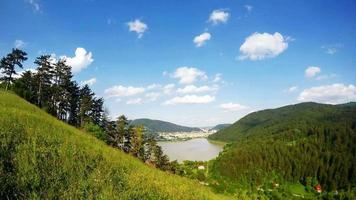 lago estivo e paesaggio di piccola città