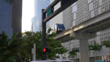 eua miami dia de verão no centro da cidade metro wagon 4k florida video