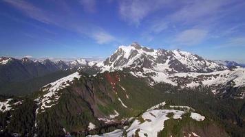 splendida ripresa in elicottero della catena montuosa a cascata con il monte shuksan nel nord-ovest del Pacifico