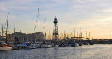 panorama do porto de iates do pôr do sol de barcelona 4k espanha