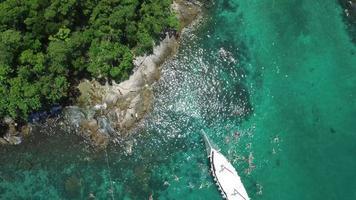 Toma aérea de goletas amarradas en la laguna azul en la isla grande