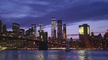 vista del ponte di brooklyn con il caratteristico skyline di new york sullo sfondo al tramonto