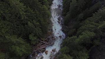 ripresa aerea seguendo il fiume nooksack nella contea di whatcom, washington