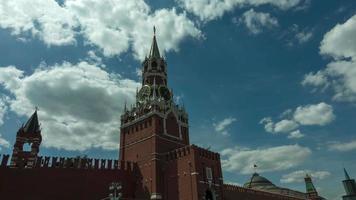 Lapso de tiempo de la torre spassky del Kremlin de Moscú en la Plaza Roja en un día soleado