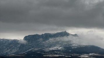 nuvole innevate sulle montagne, lasso di tempo video