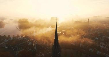Die Kamera kippt und zeigt ein Kreuz auf einer mit Nebel bedeckten christlichen Kirche video