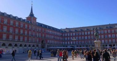 Spagna giornata di sole cielo blu madrid affollato plaza mayor 4K