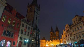 manhã nublada na Praça da cidade velha de Praga. lapso de tempo uhd video