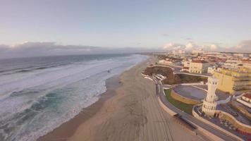 Vista aerea di praia de santa cruz a giornata di sole - torres vedras, portogallo