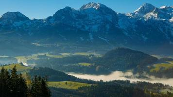 nebbia mattutina nelle alpi austriache
