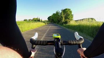 pedalando ao longo de uma estrada rural na floresta na primavera