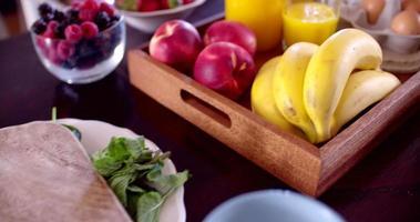 frutas frescas em tigelas preparadas para um café da manhã saudável video