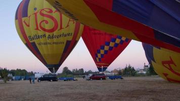 Heißluftballons werden erwärmt video