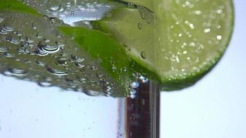 Burbujas de agua con gas debajo de una rodaja de limón