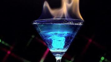 fuoco che soffia dal vetro della laguna blu video