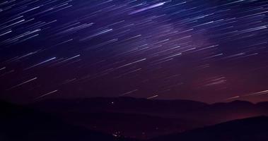 tracce di stelle contro il cielo notturno, riprese a lunga esposizione.