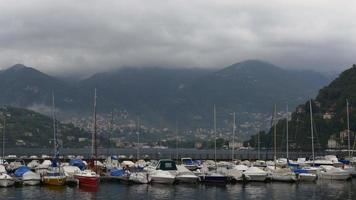 Italien Morgen Nebel Como Lake City Bay Yacht Dock Panorama 4k video