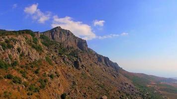 berühmte Berg Demerdzhi am sonnigen Tag auf der Krim video