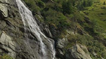 Ripresa aerea 4 k della cascata di capra nelle montagne di fagaras video
