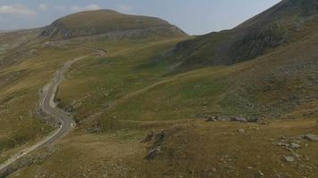 Ripresa aerea 4 k di montagne parang attraversate dalla strada transalpina