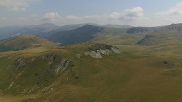 Toma aérea de 4 k de las montañas de parang cruzadas por la carretera transalpina video