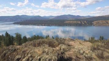 épico aéreo sobre um penhasco rochoso para revelar o lago Roosevelt Washington em um dia ensolarado video