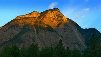 paisagem do pico da montanha, luz do sol da hora dourada, luz do pico ao anoitecer