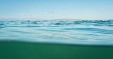 lindo oceano acima e abaixo vista dividida video