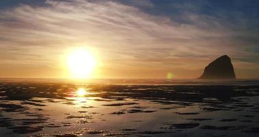 Vue aérienne du coucher du soleil reflétant sur l'étonnant modèle de l'eau de la piscine de marée sur la plage dans le nord-ouest du Pacifique