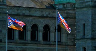 Provinzflaggen von Britisch-Kolumbien vor gesetzgebenden Gebäuden video