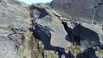 volando da trolltunga rock in norvegia, riprese aeree di una popolare destinazione turistica