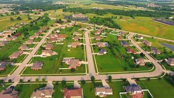 pittoresco, ricco quartiere suburbano nella luce del mattino, veduta aerea