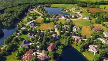 ricco borgo rurale con boschi e laghi, veduta aerea