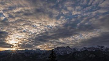 Sonnenaufgang über den Tatra-Bergen video