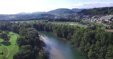Luftaufnahme eines Flusses mit Kajaks