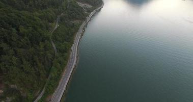 foto aérea de rua em um lago