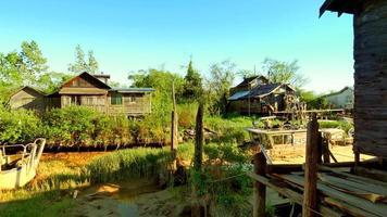 vila antiga à beira-mar, casas e celeiros de madeira, pântano video