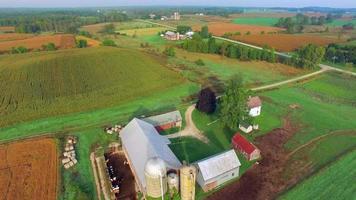 Paso elevado del corazón del medio oeste rural escénico, paisaje con granjas, graneros, silos