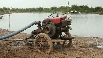 sistema di irrigazione che fornisce acqua al campo