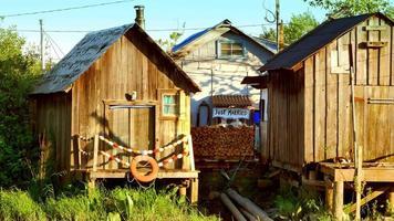 casas em vilarejos à beira-mar, prédios de madeira, pântano na primavera video