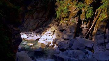 ruscello scuro del canyon, ruscello blu nella roccia roccia scolpita dall'acqua, ruscello pulito